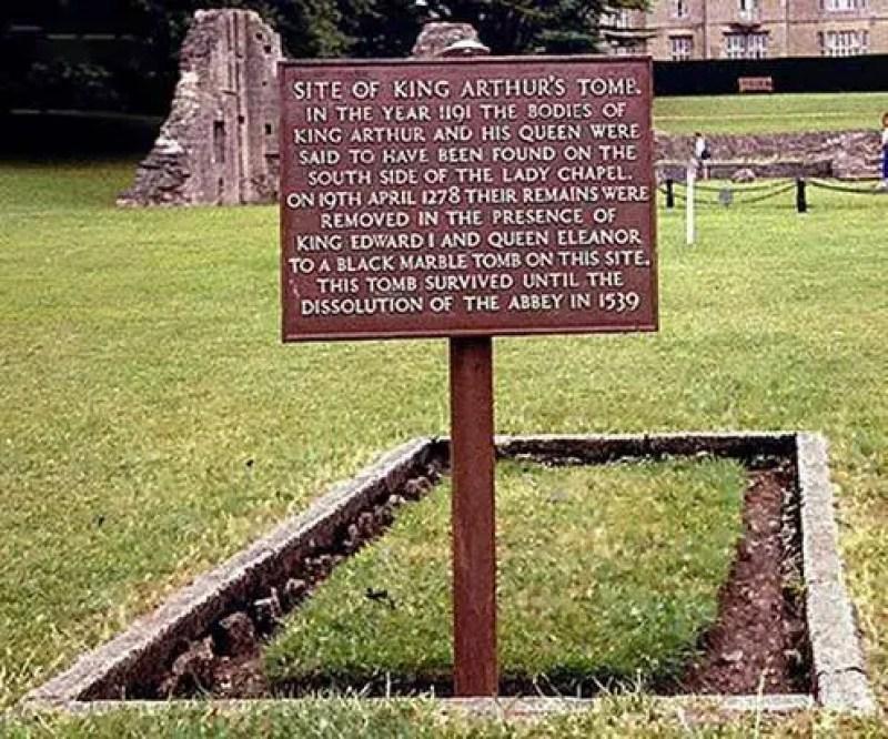 Local do que deveria ser o túmulo do Rei Arthur e da Rainha Guinevere no terreno da antiga Abadia de Glastonbury, Somerset, Reino Unido