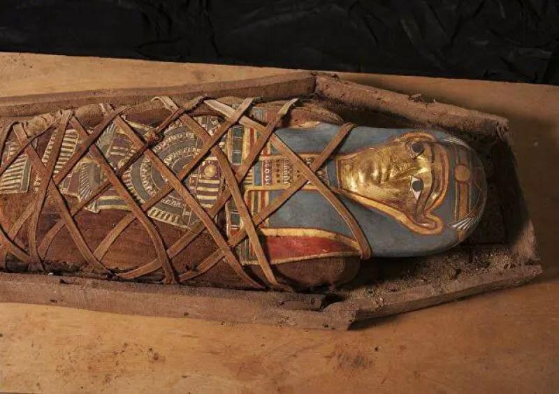 Sarcófagos intactos de mais de 2.500 anos começam a ser abertos no Egito