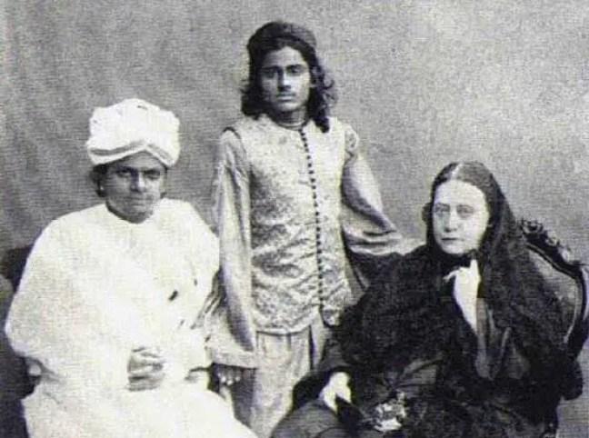 À direita - Helena Petrovna Blavatsky