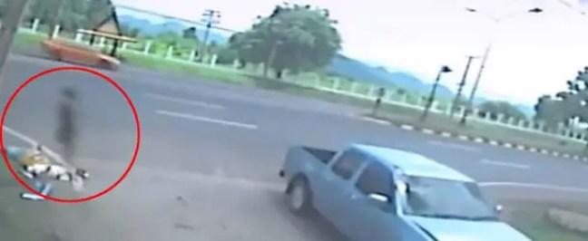 mostra a alma de uma menina deixando seu corpo após um acidente de motocicleta