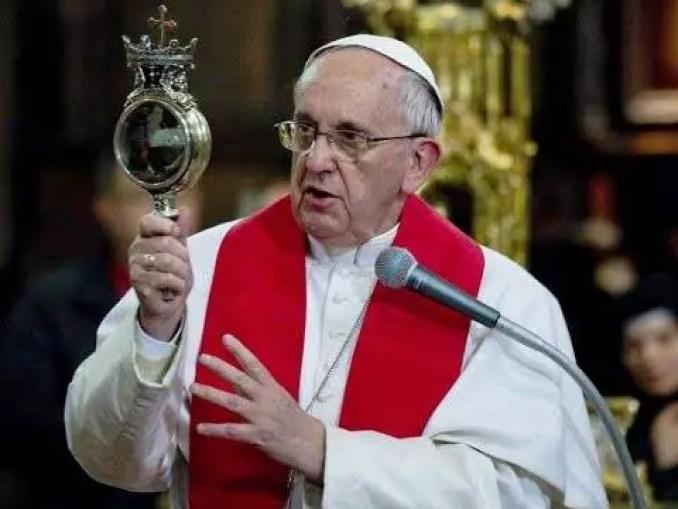 O Papa Francisco presenciou o milagre de São Januário e o sangue se liquefez.