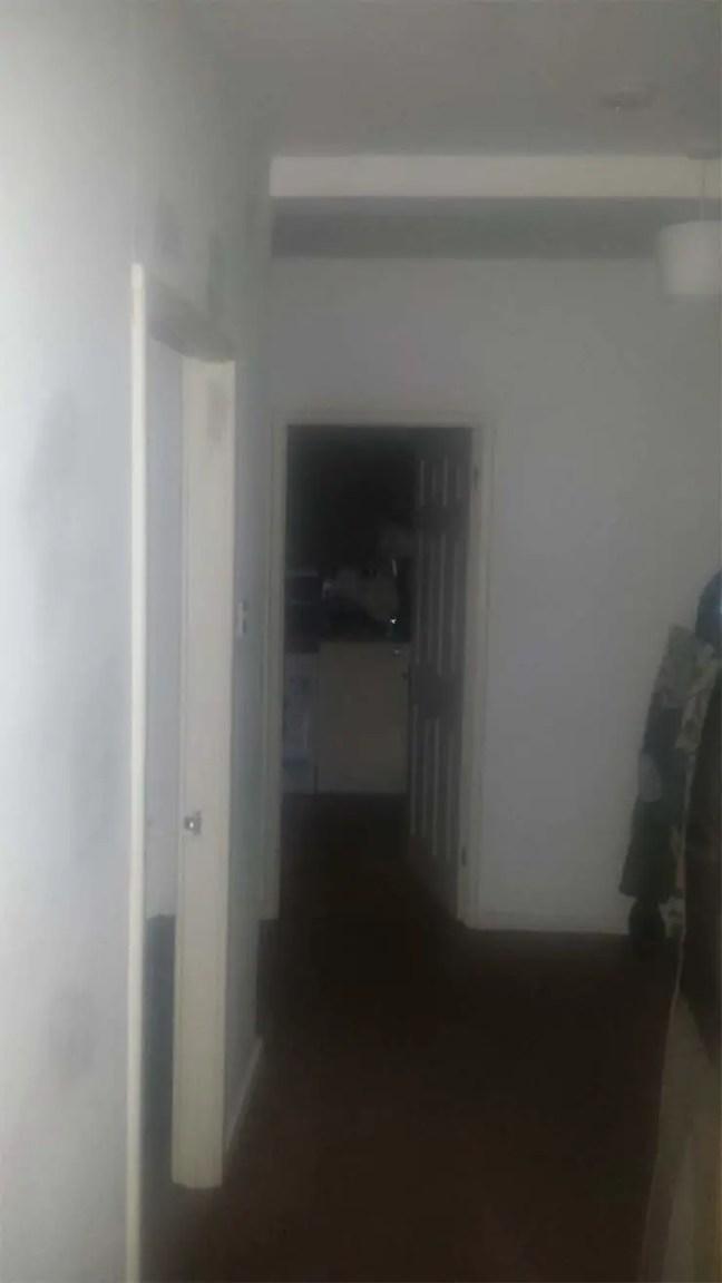 homem ficou muito assustado quando ouviu barulhos estranhos em seu apartamento vazio