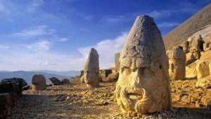 As enigmáticas cabeças de pedra gigantes localizadas no topo de uma montanha.