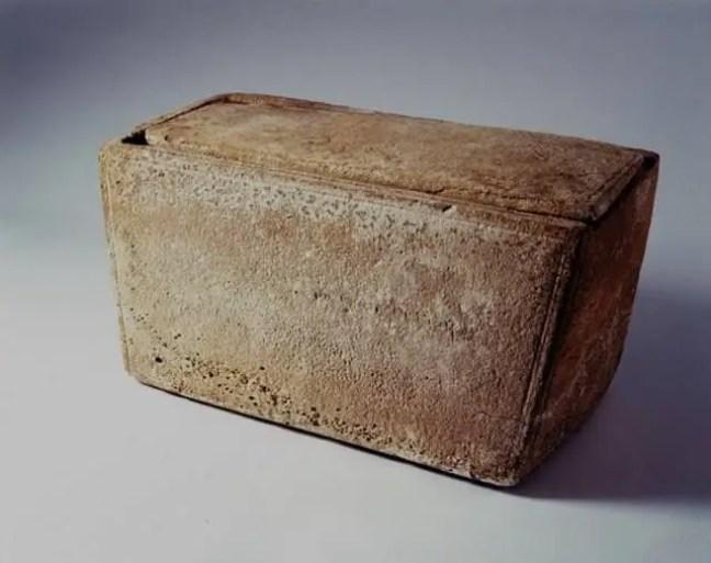 Pensa-se que o irmão 'mais velho' de Jesus, Tiago, está enterrado dentro desta caixa funerária.