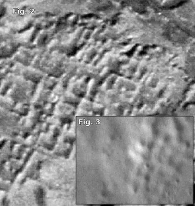 """Figura 2. Vista aérea das antigas ruínas assírias em Assur, cujo padrão de """"grade"""" se assemelha a alguns encontrados em fotos da superfície lunar (Figura 3)."""