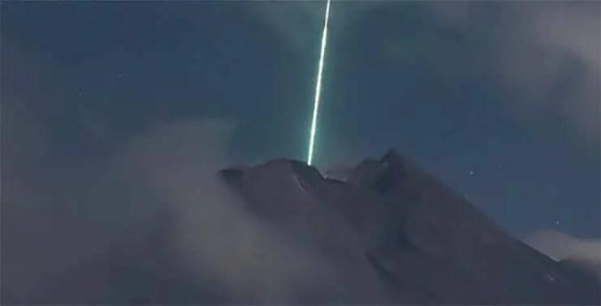 Poderia ser algum tipo de sonda extraterrestre com a missão de ativar o vulcão