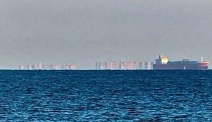 Uma enorme cidade flutuante aparece na costa da Inglaterra.