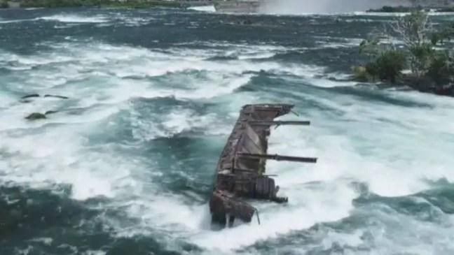 A barcaça, que está presa na fronteira entre Nova York (Estados Unidos) e Ontário (Canadá), estava ancorada desde 1918
