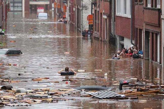 As inundações devastadoras ocorreram depois que grandes áreas da Europa Ocidental experimentaram níveis históricos de chuvas, com mais de um mês de chuva caindo em 24 horas.