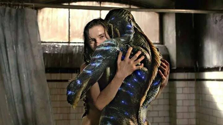 Mulher abraçando alien.