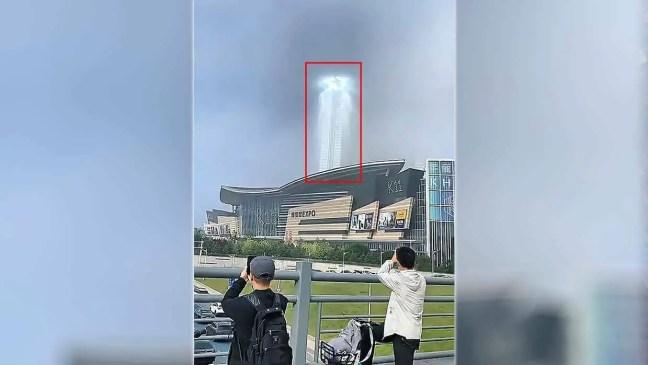 Um misterioso pilar de luz gigante aparece no céu de uma cidade chinesa.