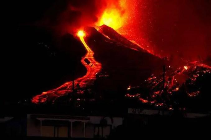 Vulcão de Cumbre Vieja está em atividade desde o dia 19 de setembro e a lava continua avançando sobre a cidade.