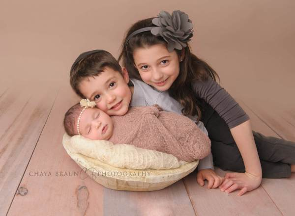 newborn baby and siblings photo in Maryland