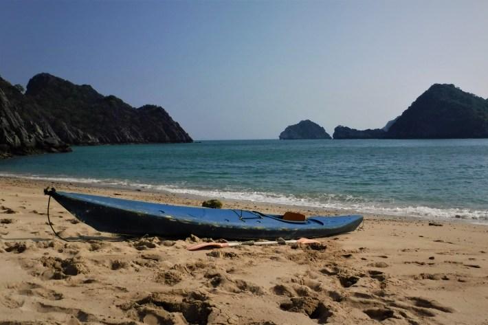Na pláži ostrůvku s neexistujícím kajakářským táborem