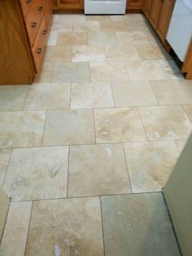 Instalaci n de piso de travertino en la cocina for Fotos de pisos de marmol travertino