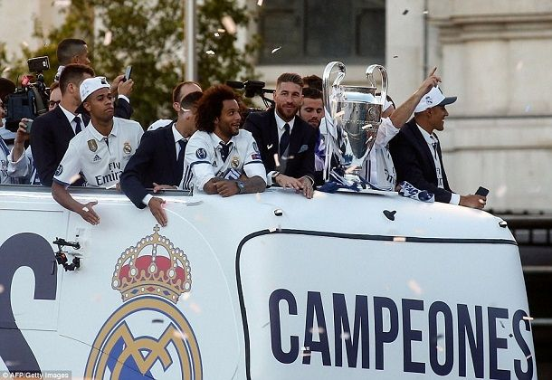 Photo: Real Madrid Return To The Street Of Madrid As Living 'Legends' 15