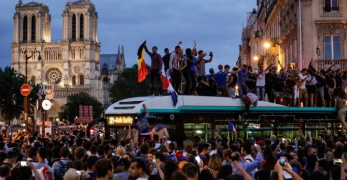 Russia 2018 : Over 20,000 Parisians Celebrates France's March To The World Cup Final 11