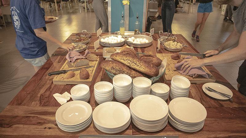 ארוחת בוקר באברהם הוסטל