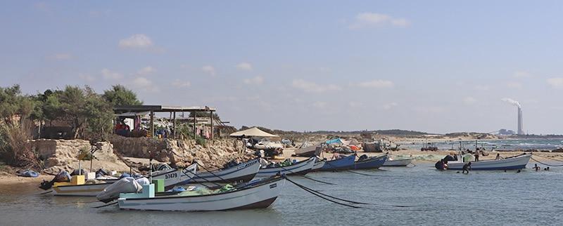 סירות עוגנות בכפר הדייגים בגסר א זרקא