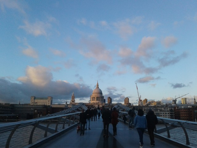 Caminhada pela Millenium Bridge para conhecer Londres gastando pouco