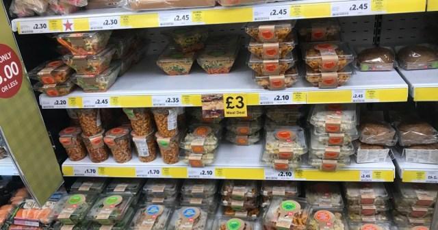 Sanduíches, lanches e saladas bem fartas são vendidas por preço baixo nas prateleiras dos supermercados em Londres