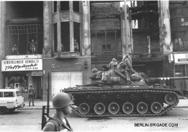 Building Berlin Wall 1961