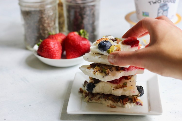 Whether you're in need of a post workout snack, quick breakfast bite, or satisfying dessert—this customizable, protein packed yogurt bark is just what you need. Simply combine @TwoGoodYogurt with fruit and toppings of your choice! #ad #proteinrecipes #quickbite #yogurtbark #dogoodbyyou #CheerfulChoices