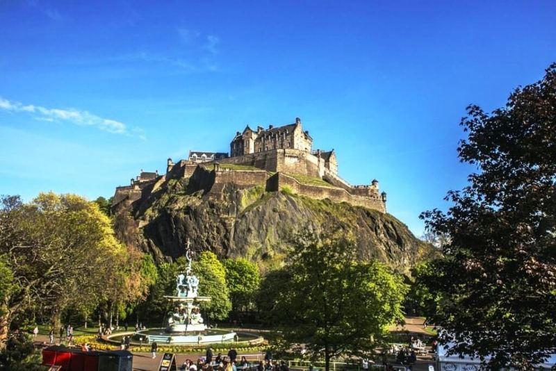 View of the Edinburgh Castle from Princes Street Gardens in Edinburgh Itinerary