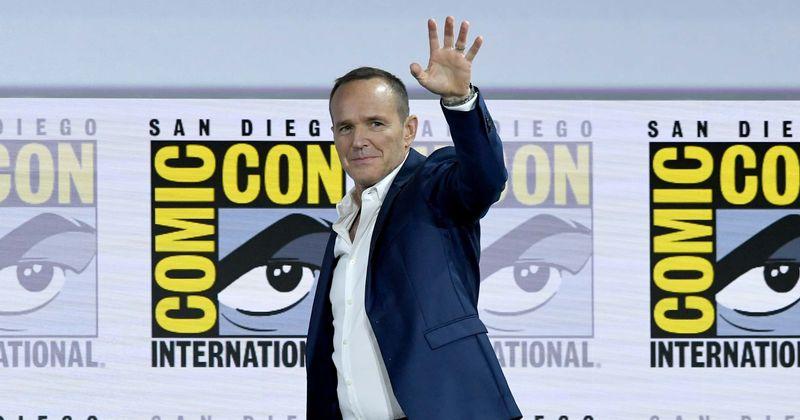 """Clark Gregg elogia a Brie Larson mientras se burla del estilo de """"MC Hammer"""" de los años"""