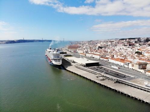 Mein Schiff 2 und im Hintergrund ist die Brücke des 25. April zu sehen