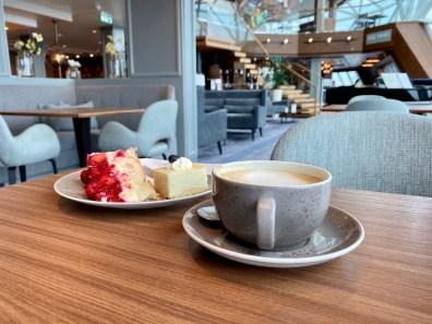 Kaffee (gegen Aufpreis) und Kuchen (inkludiert) im schicken Esszimmer