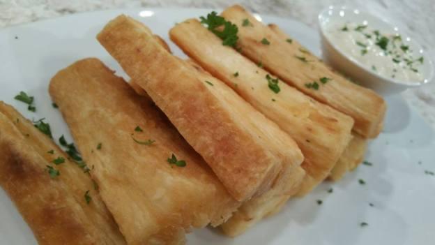 Yuca frita con salsa de ajo