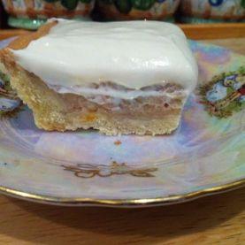 Apple pie with white chocolate cream