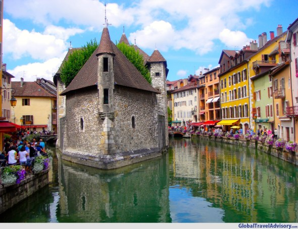 the-palais-de-lile-on-the-thiou-canal-annecy