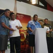 Chef Receiving Training Certificate from H.E Dr Pa'olelei Luteru, Ambassador of Samoa, Coordinator of the ACP SIDS Platform © Maria Ronna Luna Pastorizo-Sekiguchi