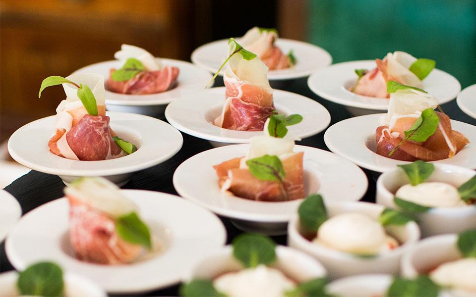 luxe-catering-aan-huis-met-kleine-gerechten-klaar-om-gegeten-te-worden