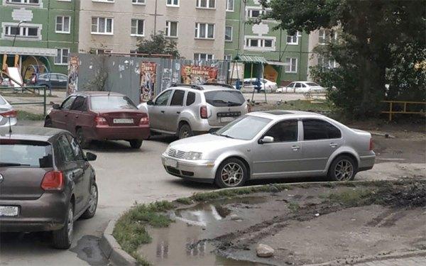В Челябинске заваливают автомобили пакетами с отходами
