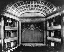 The_interior_of_the_Columbia_Theatre_in_1910