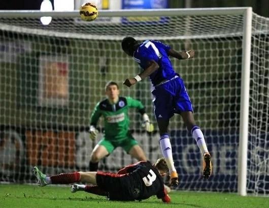 Abraham cabeceou bonito para abrir caminho para goleada do Chelsea vs Huddersfield (Foto: Chelsea FC)