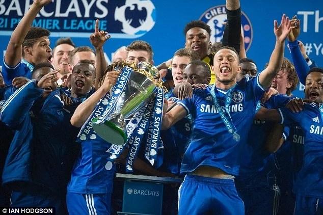 Equipe sub-21 dos Blues levantando a taça de campeão da Premier League da categoria