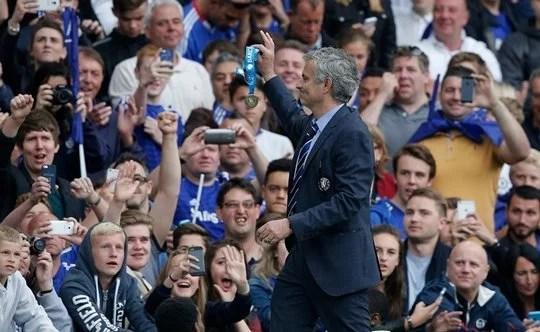 José Mourinho exibiu sua medalha aos torcedores (Foto: The Guardian)