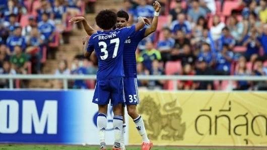 Dominic Solanke comemora o gol da vitória com Izzy Brown (Foto: Chelsea FC)