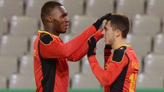 Benteke e Hazard na seleção belga (Foto: Geert Vanden Wijngaert)