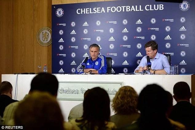 Diretor de Comunicação do Chelsea teve que conter Mourinho em ataque de fúria (Foto: Chelsea FC)