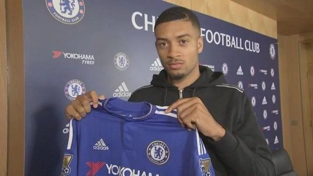 Hector posou com a camisa do Chelsea (Foto: Chelsea FC)