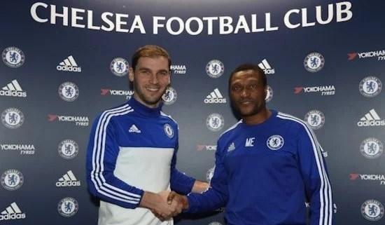 Ivanovic e o diretor técnico Michael Emenalo (Foto: Chelsea FC)