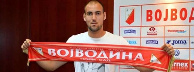 Delac no dia em que assinou com o Vojvodina, da Sérvia (Foto: balkaninside.com)
