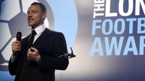 Terry e seu prêmio na noite de quinta-feira (03) (Foto: Chelsea FC)