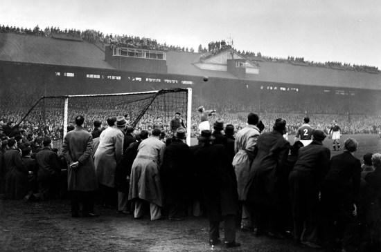 O jogo fez muito sucesso entre os torcedores, que escalaram o telhado para poderem assistir. (Foto: The Guardian)
