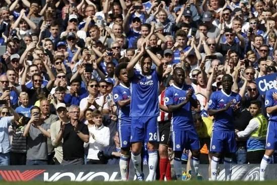 Aém disso, John Terry sendo homenageado em seu último jogo pelo Chelsea. Foto: [AFP PHOTO/Ian Kongston]
